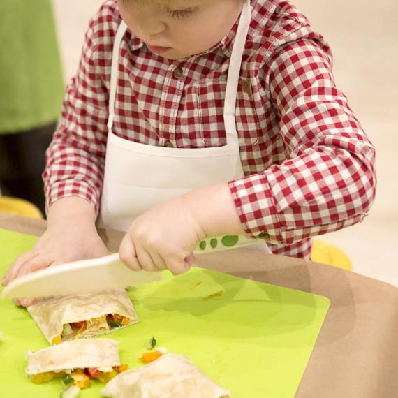 kids-cooking-hummus-0216.jpg (skyword:226678)