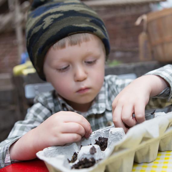 kids-planting-seeds-0316.jpg (skyword:243071)