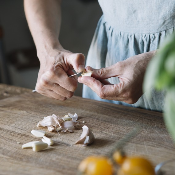 cutting-garlic-getty-0419