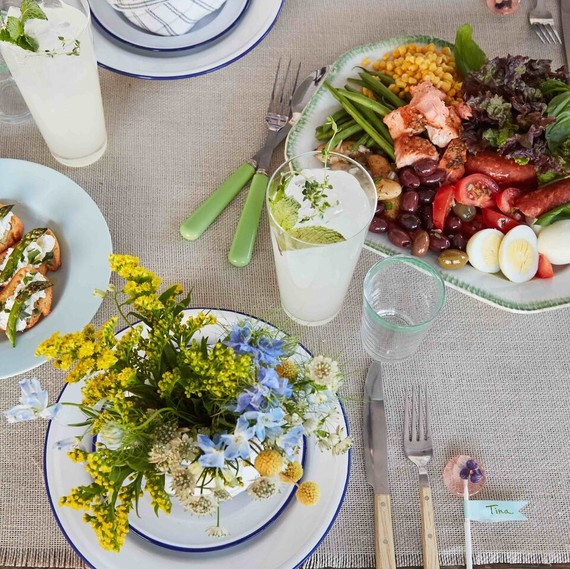 garden party table setting flowers