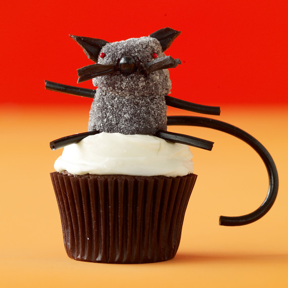 black-cat-cupcake-LD102416