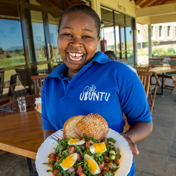 cafe-ubuntu-girl-with-food