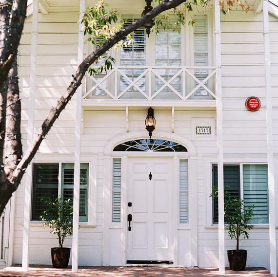 前室外有阳台和树木的白宫