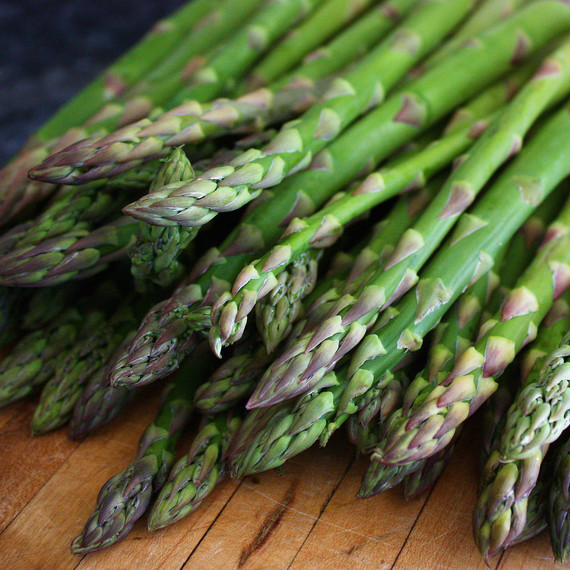asparagus-cutting-board-0116.jpg (skyword:221419)