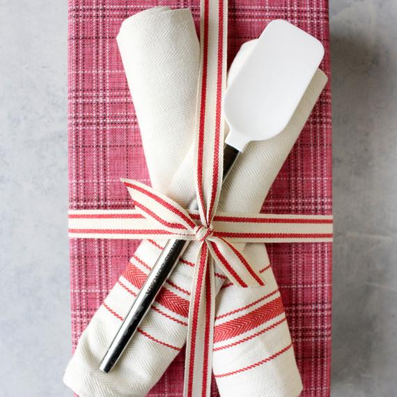 giftwrapping-dishtowels-1216.jpg (skyword:364509)