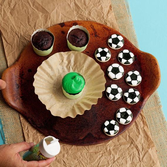 soccer--soccer-cupcakes-1015.jpg (skyword:196157)