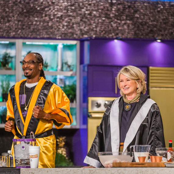 "Martha and Snoop on the ""Martha & Snoop's Potluck Dinner Party"" set"