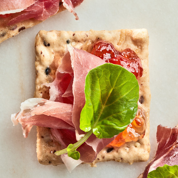 cracker with prosciutto and jelly