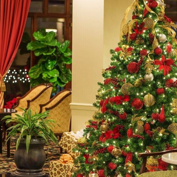 10 hotels with over the top holiday d cor martha stewart for Acanthus decoration puerto rico