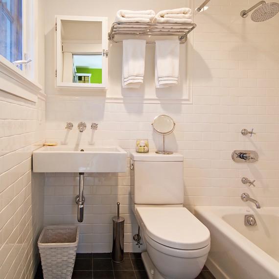 organized-small-white-bathroom-1016.jpg (skyword:356944)