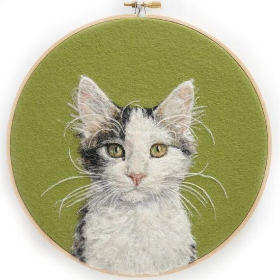 felt-art-cat-on-green
