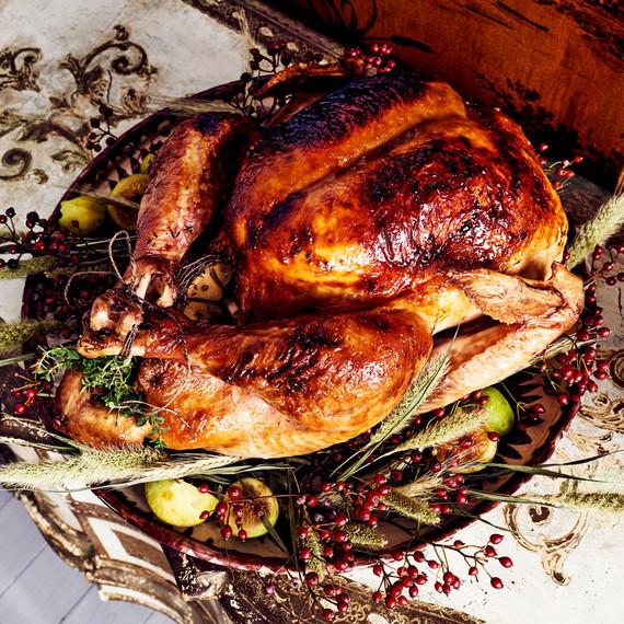 火鸡配小麦和浆果装饰