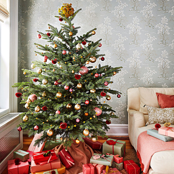 Decorating your home for the holidays early makes you for Christmas tree decorations you can make at home