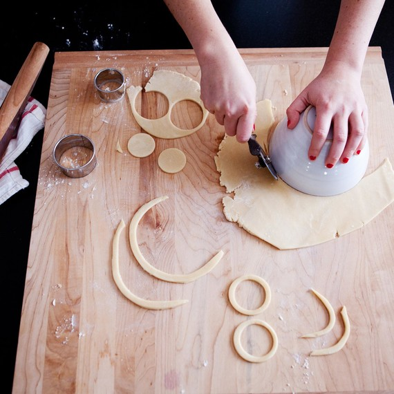 Cutting dough for the knot