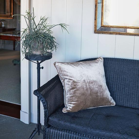 柳条沙发上的天鹅绒枕头