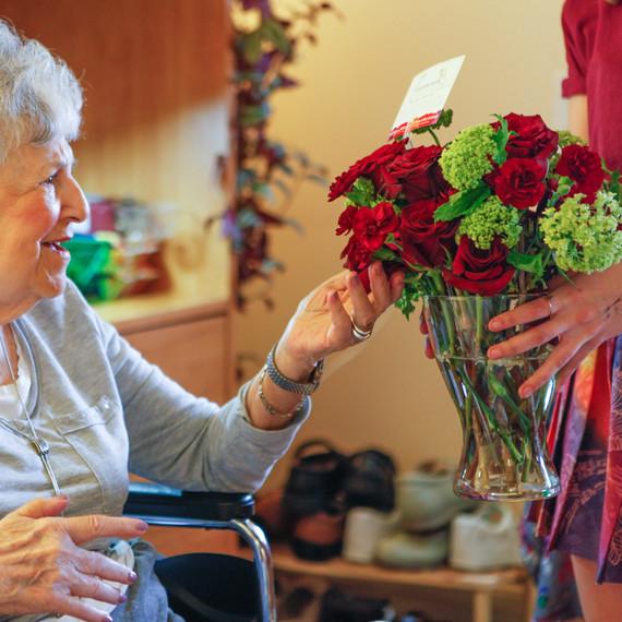 patient-receiving-flowers