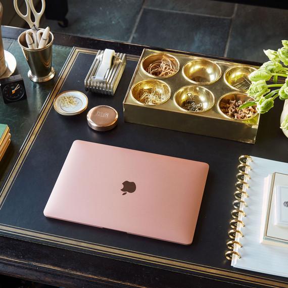 带金色办公用品的桌面