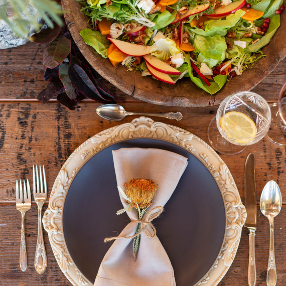 杰西卡·辛普森friendsgiving板用餐巾和沙拉