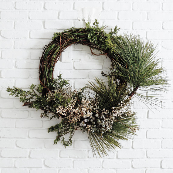 christmas-lake-tahoe-wreath-over-fireplace-9031-d111862.jpg