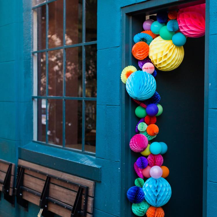 balloon-garland-over-doorway
