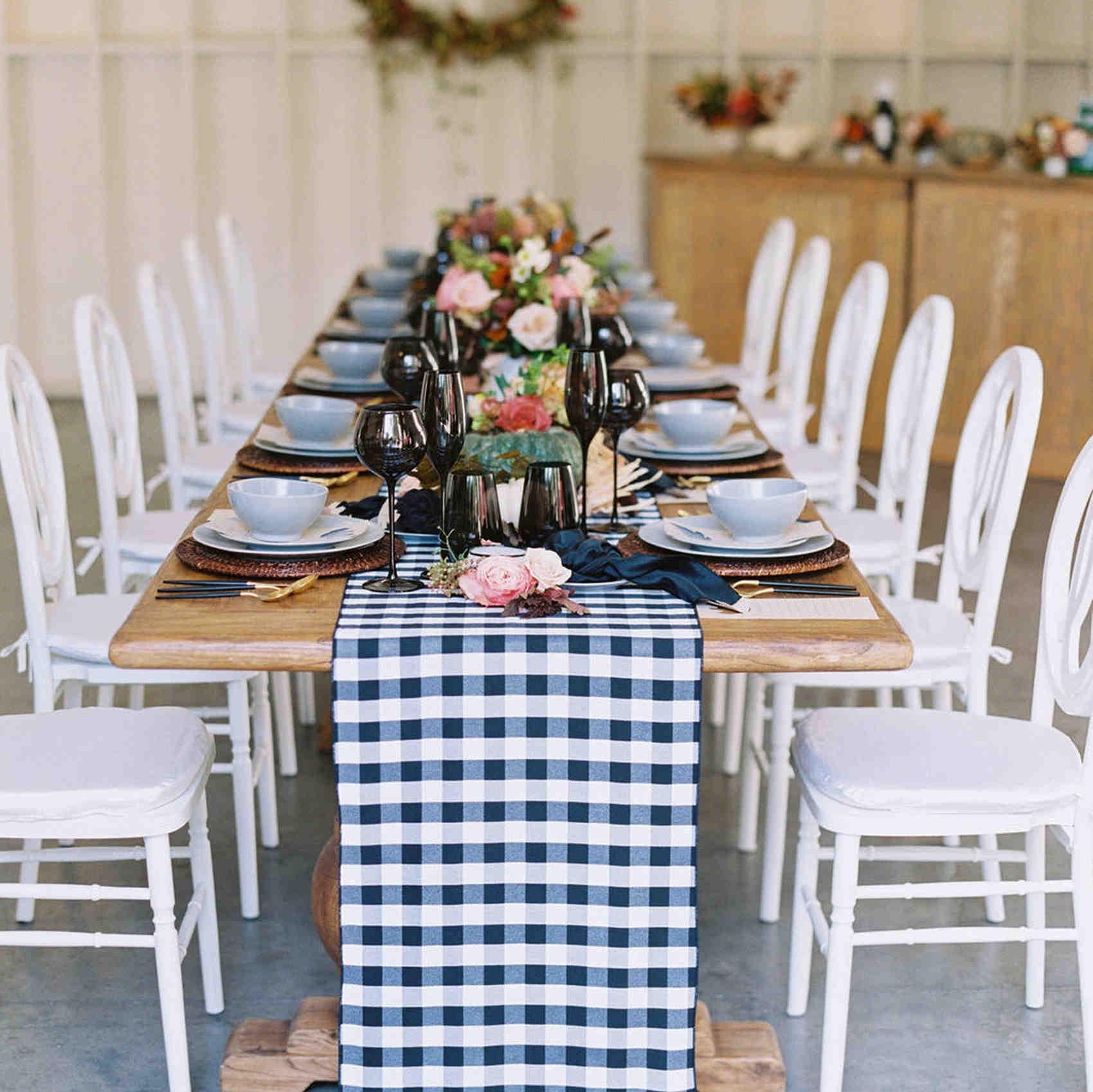 带秋季装饰的感恩节餐桌黑白餐桌跑者